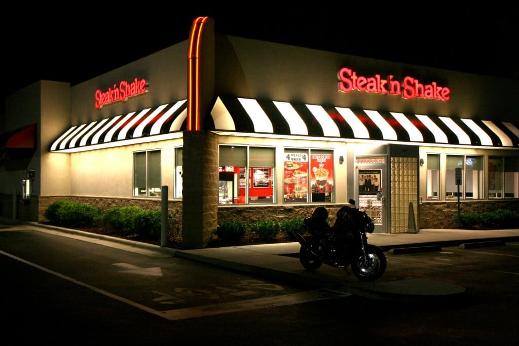 Steak-n-Shake_at_night